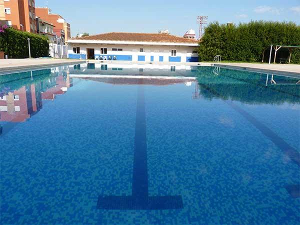 La piscina descubierta municipal de alzira abre de nuevo for Piscina municipal castellon