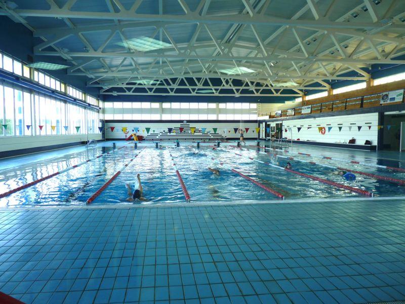 la piscina municipal cubierta y piscina de verano de