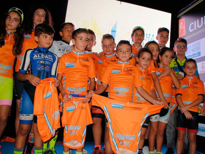 Dos xiquets d 39 alzira participen en la clausura de escoles de ciclisme de valencia - Librerias en alzira ...